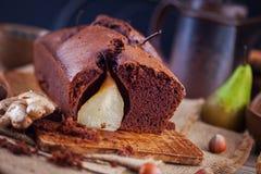 Chokladkaka med päronhöst arkivbild