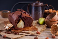 Chokladkaka med päronhöst Arkivfoton
