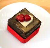 Chokladkaka med röda hjärtor Royaltyfria Foton
