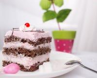 Chokladkaka med rosa färgkräm Arkivbild