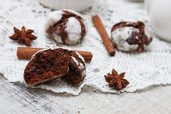 Chokladkaka med sprickor Arkivfoton