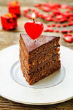 Chokladkaka med stearinljus i formen av en hjärta Arkivfoton