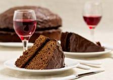Chokladkaka och exponeringsglas av vin Arkivbilder