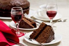 Chokladkaka och exponeringsglas av vin Royaltyfri Fotografi
