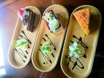 Chokladkaka, orange kaka, vaniljkaka och mousse Arkivfoton