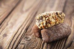 Chokladkaka på en träbakgrund Tre sorter av kakor Arkivfoto