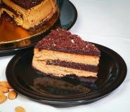 Chokladkaka på plattor och hemlagat Royaltyfri Bild