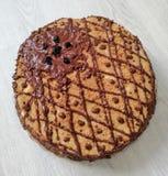 Chokladkaka som dekoreras med bär på en tabell arkivfoto