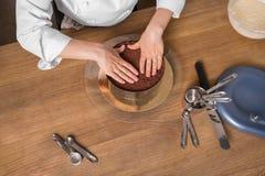 Chokladkaka som förbereder sig på köksbordet med kitchenware, bästa sikt Royaltyfria Foton