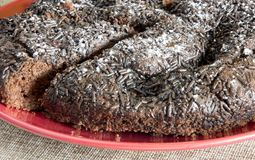 Chokladkaka som tjänas som på en platta royaltyfria bilder