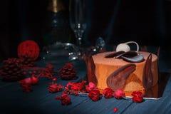 Chokladkaka två exponeringsglas av champagne med julgarnering Arkivbild