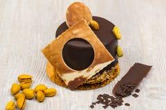 Chokladkakan med pistascher på tabellen Arkivfoto