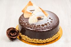 Chokladkakan och chokladen blommar på tabellen Arkivbilder