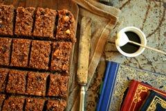 Chokladkakan och kaffe på en tappning stiger ombord Royaltyfri Foto