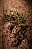 Chokladkakor med gran förgrena sig på en träbakgrund med stearinljus 1 royaltyfri fotografi
