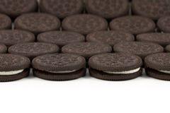 Chokladkakor med kräm- fyllning på vit bakgrund Arkivbild