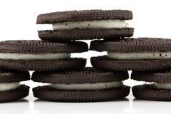 Chokladkakor med kräm- fyllning på vit bakgrund Arkivfoto