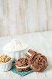 Chokladkakor med mjöl och farin Royaltyfri Fotografi