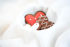 Chokladkakor med röd och vit glasyr Fotografering för Bildbyråer