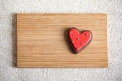 Chokladkakor med röd och vit glasyr Royaltyfri Fotografi