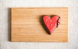 Chokladkakor med röd och vit glasyr Arkivbilder