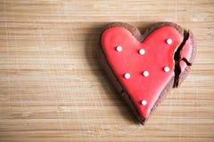 Chokladkakor med röd och vit glasyr Royaltyfria Bilder