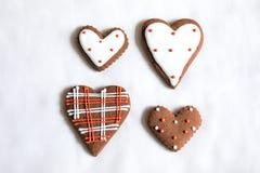Chokladkakor med röd och vit glasyr Arkivfoton
