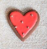 Chokladkakor med röd och vit glasyr Arkivbild