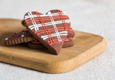 Chokladkakor med röd och vit glasyr Royaltyfri Bild