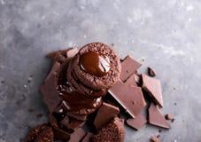 Chokladkakor med smältt choklad och en glidbanachoklad Royaltyfria Foton