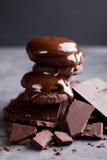 Chokladkakor med smältt choklad och en glidbanachoklad Arkivfoton