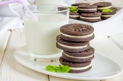 Chokladkakor med smörkräm arkivbilder