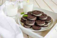 Chokladkakor med smörkräm arkivfoton