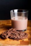 chokladkakor mjölkar royaltyfri bild