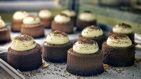 Chokladkakor på bageriskyltfönstret Arkivbilder
