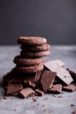 Chokladkakor på en glidbana av choklad choklad Arkivfoto