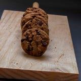 Chokladkakor på en träskärbräda Fotografering för Bildbyråer