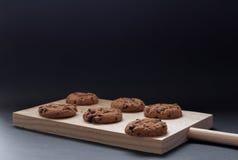 Chokladkakor på en träskärbräda Royaltyfri Foto