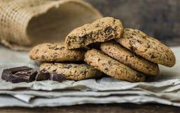 Chokladkakor på ett bakningpapper Royaltyfria Bilder