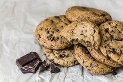 Chokladkakor på ett bakningpapper Arkivbild