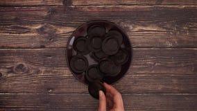 Chokladkakor på träbakgrund - stoppa rörelse stock video