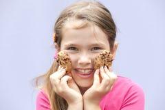 chokladkakor som äter flickan royaltyfri bild