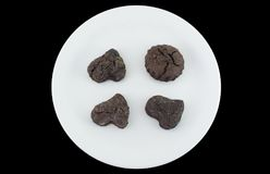 Chokladkakor som isoleras på svart bakgrund Arkivfoto