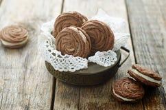 Chokladkakor som är svarta med gräddost Arkivfoto