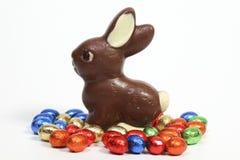 Chokladkanin med ägg arkivbild