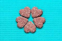 Chokladkokosnötkakor i form av hjärtor royaltyfri fotografi