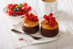 Chokladkokosnötmuffin, bär och kaffe med mjölkar närbild Arkivbild