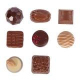 Chokladkonfektar, aka bon-bons eller tryfflar som isoleras på vit Arkivbild