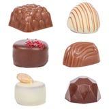 Chokladkonfektar, aka bon-bons eller tryfflar som isoleras på vit Royaltyfri Bild
