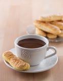 Chokladkopp med piskade kräm och sockerkaksbit i form av ett finger Arkivfoton
